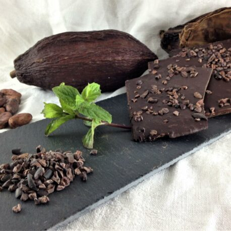 Le chocolat bio 75% cacao en vrac menthe et des éclats de cacao